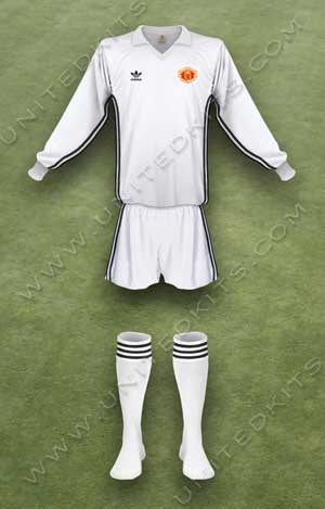 Trang phục thi đấu Manchester United mùa giải 1980 1981 sân khách