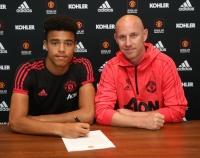 Mason Greenwood ký hợp đồng chuyên nghiệp với United